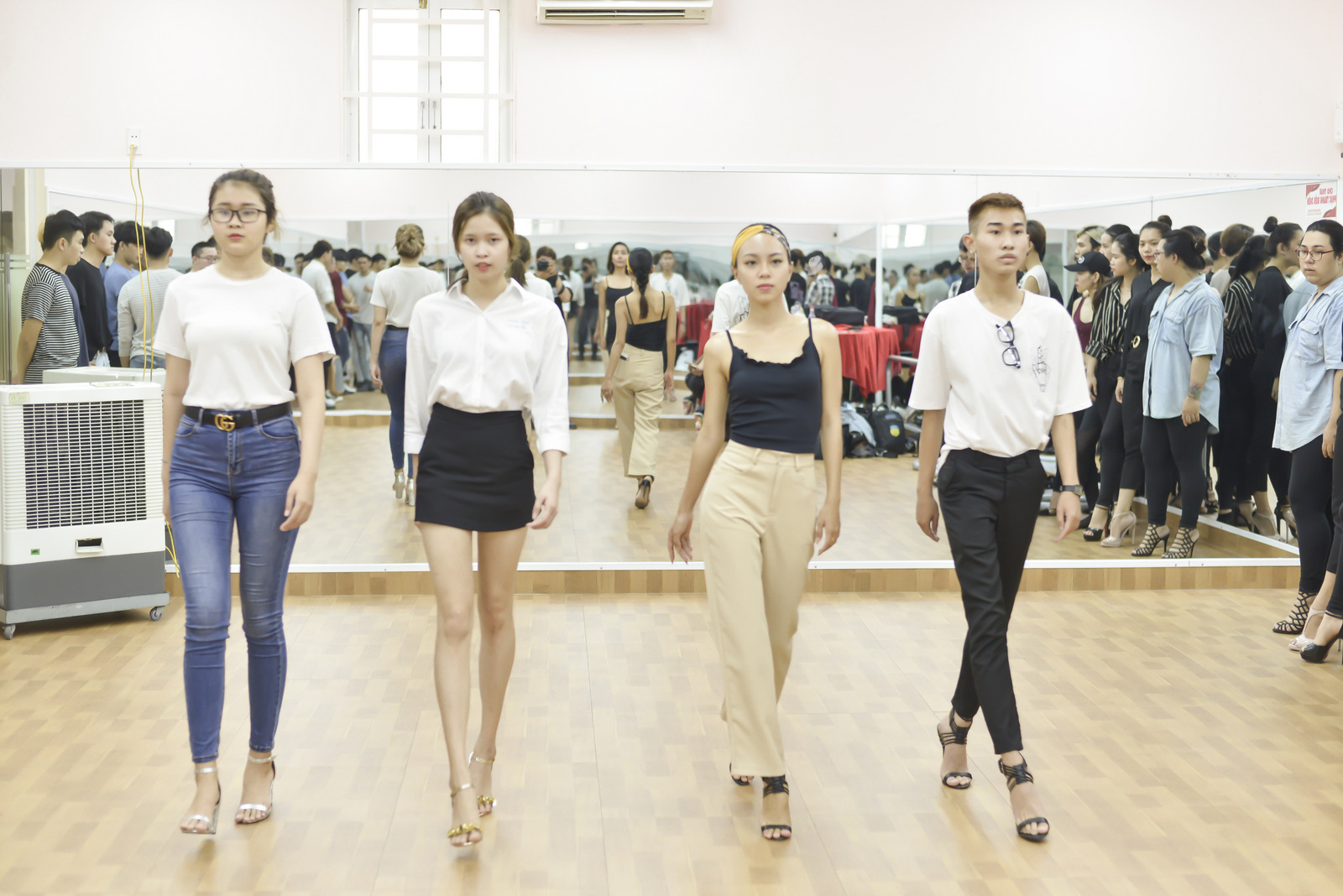 VOH-Lai-Thanh-Huong-mo-lop-day-catwalk-3