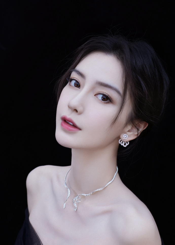 VOH-Top-10-sao-nu-noi-tieng-nhat-Trung-Quoc-trong-10-nam-2011-2019-Angela-baby-anh1