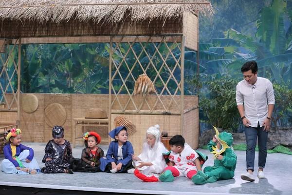 """(VOH) - """"Siêu Hài Nhí"""" đã chính thức ra mắt với phiên bản đặc biệt """"9 con  của 10 khó"""". Tại đây, ông bố trẻ Trường Giang bất ngờ giới thiệu 9 """"đứa con""""  ..."""