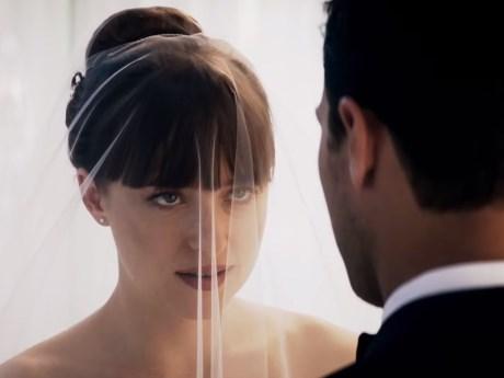 """Trong phần này, chàng tỷ phú Christian Grey (Jamie Dornan thủ vai) và cô  nàng """"lọ lem"""" Anastasia Steele (Dakota Johnson) chính thức nâng tình cảm  lên một ..."""