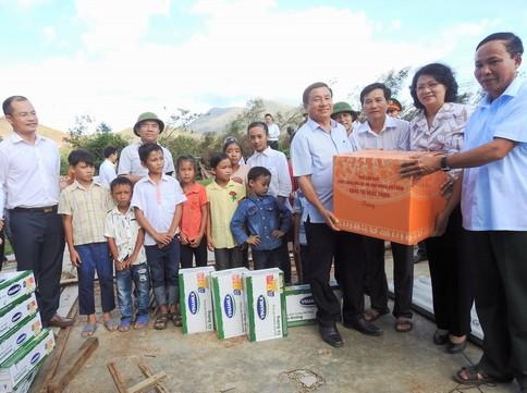 Vinamilk trao sữa cho trẻ em vùng lũ