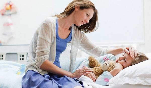 Trẻ bị viêm phế quản nên hạn chế nằm trong phòng điều hòa