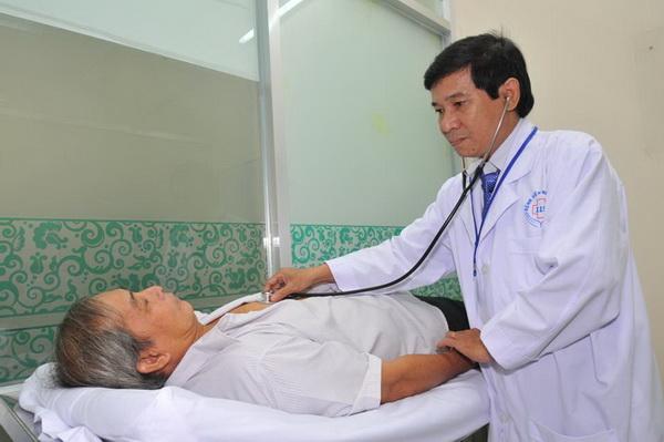 khám bệnh nhân bị nghi viêm phế quản
