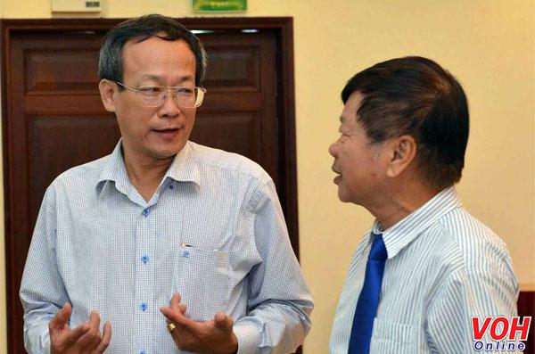 """Ông Lê Công Đồng - Giám đốc Đài TNND TPHCM (trái) đang trao đổi với đại biểu bên lề buổi Tọa đàm""""Đạo đức nghề nghiệp của người làm báo trong giai đoạn hiện nay""""sáng 24/10 voh.com.vn"""