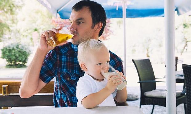 """Liệu cha mẹ có nên để trẻ em tham gia các sự kiện """"uống rượu""""?"""
