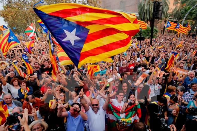 Người dân xứ Catalonia tuần hành trên đường phố thủ phủ Barcelona sau khi cơ quan lập pháp địa phương thông qua tuyên bố độc lập