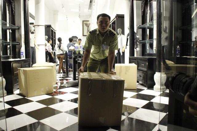 Lực lượng quản lý thị trường niêm phong hơn 1.000 sản phẩm lụa Khaisilk tại cửa hàng trên đường Đồng Khởi