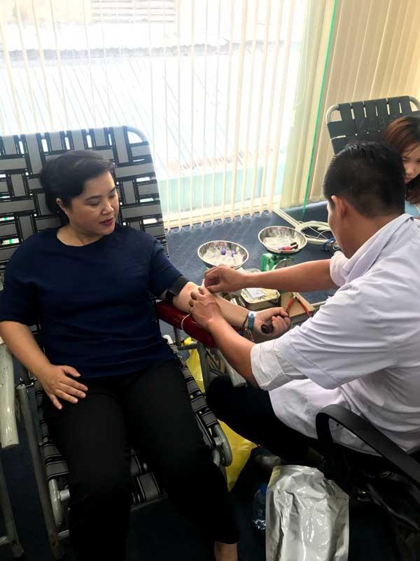 Bà Từ Thị Mỹ Dung - Phó tổng giám đốc Ngân hàng bán lẻ tham gia hiến máu voh.com.vn