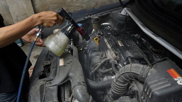 Vệ sinh động cơ xe đòi hỏi người thợ phải có tay nghề và kinh nghiệm