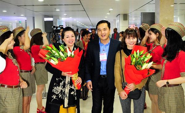 Giám đốc Sở Du lịch TPHCM Bùi Tá Hoàng Vũ tặng hoa cho đoàn du khách nội địa đầu tiên đến TPHCM
