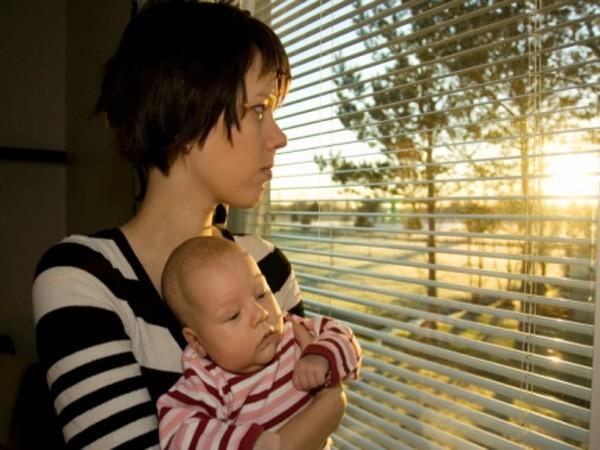 Đừng để người mẹ có cảm giác cô độc hay một mình phải lo hết cho con để phòng tránh trầm cảm sau sinh