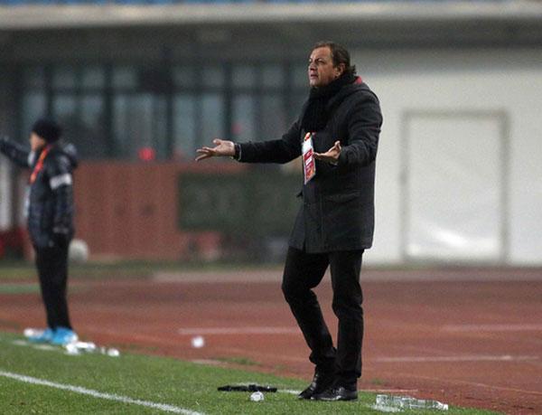 HLV Syria bó tay với hàng thủ U23 VN