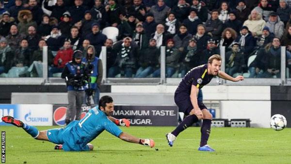 Kane hạ thủ môn Buffon ghi bàn