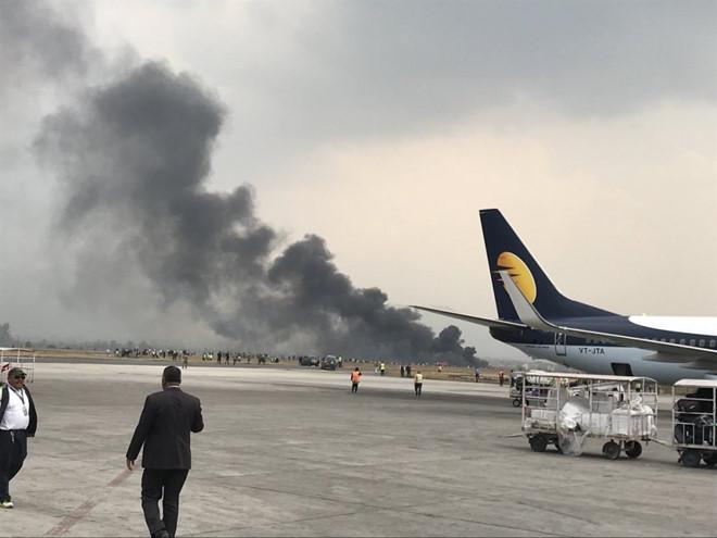 Máy bay bốc cháy tại sân bay Nepal