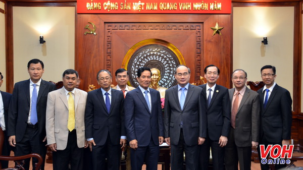 Bí thư Thành ủyNguyễn Thiện Nhânchụp ảnh lưu niệmcùng đoàn đại biểuThủ đô Phnôm Pênh - Vương quốc Campuchia
