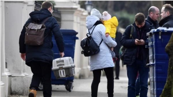 Các nhà ngoại giao Nga và gia đình rời Đại sứ quán Nga ở London (Anh), ngày 20/3. (Nguồn: Reuters)
