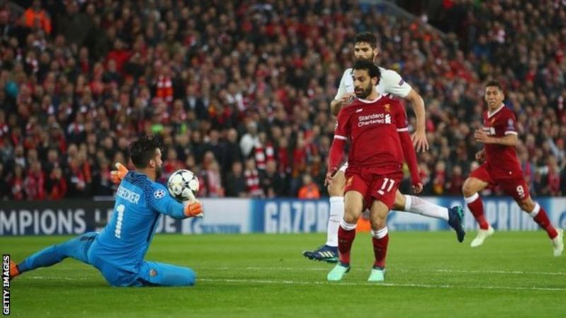 Salah trong pha đối mặt thủ môn AS Roma trong trận bán kết Cup C1 Champions League 2018