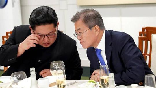 Lãnh đạo Kim Jong-un (trái) và Tổng thống Moon Jae-in