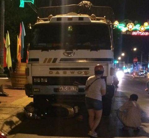 Xe tải mất thắng tông 2 xe máy đang dừng đèn đỏ, 4 người thương vong