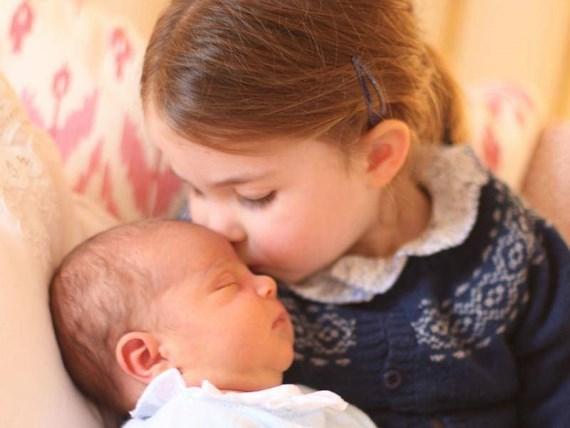 Công bố ảnh chính thức đầu tiên của Hoàng tử Louis