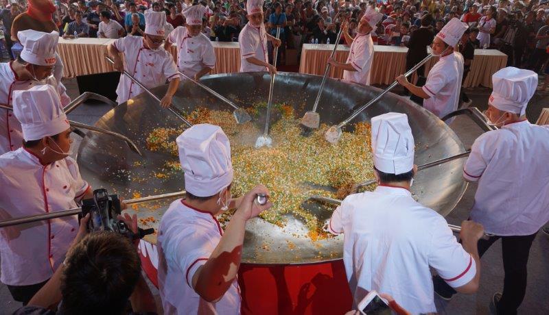 Các đầu bếp thực hiện màn lập kỷ lục Chảo cơm chiên lớn nhất VN (1)