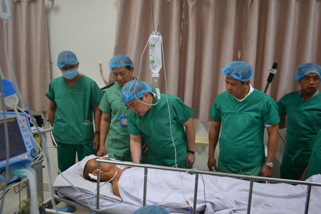 Chủ tịch UBND TP.HCM Nguyễn Thành Phong tới thăm hiệp sĩ bị nhóm trộm xe đâm trọng thương