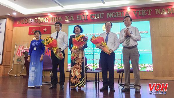 Lãnh đạo Sở GD& ĐT tặng hoa cho các cá nhân điển hình học tập và làm theo tư tưởng, đạo đức, phong cách Hồ Chí Minh
