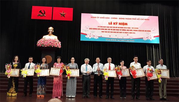 Tuyên dươngđiển hình tronghọc tập và làm theo tư tưởng, đạo đức, phong cách Hồ Chí Minh