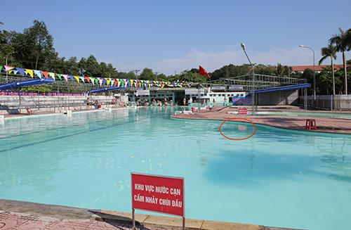 Hai mẹ con bị điện giật khi đang tắm ở bể bơi
