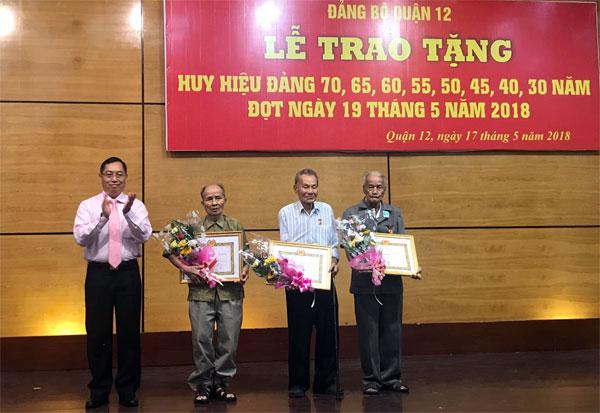 Lễ trao tặng Huy hiệu Đảng cho 88đồng chí đảng viên tại quận 12