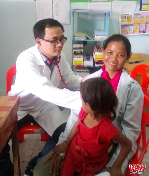 Đoàn khám chữa bệnh từ thiện Bệnh viện Quận 2 đến với bà con nghèo nước bạn Lào
