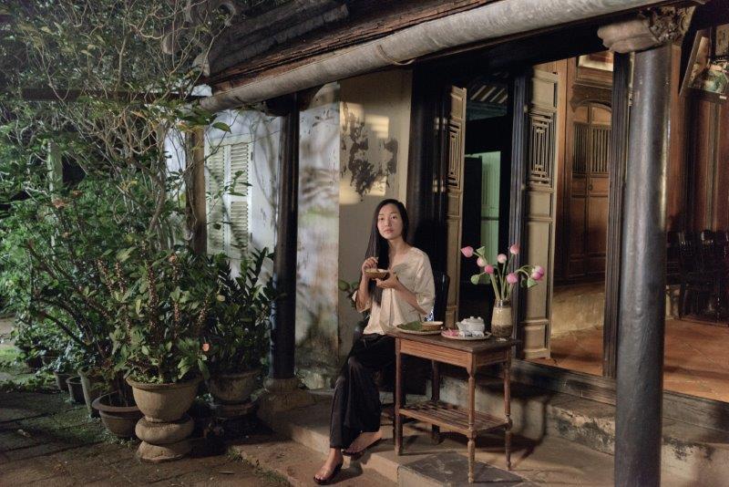 Nàng thơ xứ Huếlà câu chuyện thường nhật của nhân vật được gọi là Nàng tại ngôi nhà vườn quanh năm cây trái của mình.