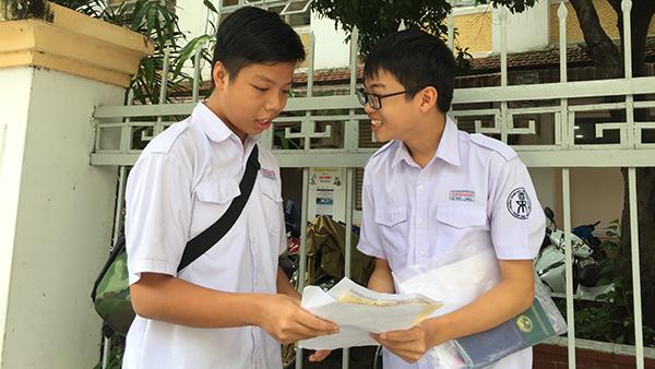 Thí sinh trao đổi về bài thi môn Toán tại điểm thi THCS Trần Văn Ơn