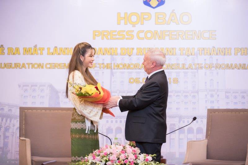 Lý Nhã Kỳ lựa chọn trang phục truyền thống của quốc gia mà cô vinh dự đảm nhận vai trò ngoại giao.