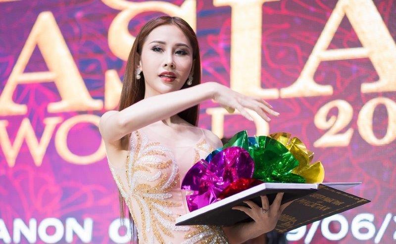 Chi Nguyễn trình diễn ảo thuật trong buổi ra mắt đại diện Việt Nam tại Miss Asia World