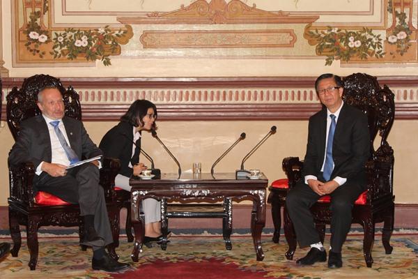 Ông Phạm Đức Hải, Phó Chủ tịch Hội đồng nhân dân Thành phố (phải)tiếp ông Václav Klaus, Chủ nhiệm Ủy ban Khoa học, Giáo dục, Văn hóa, Thanh niên và Thể thao, Hạ viện Cộng hòa Séc