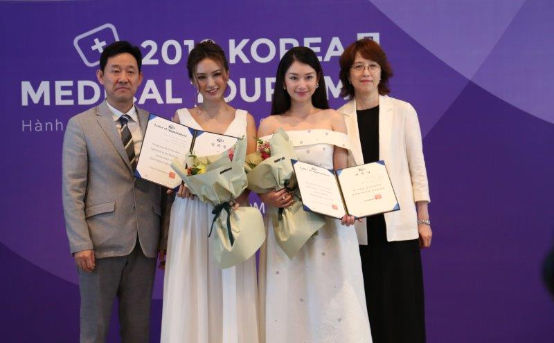MC Quỳnh Chi và người mẫu Kelly Nguyễn được được diện Tổng cục du lịch Hàn Quốc tại Việt Nam trao giấy chứng nhận