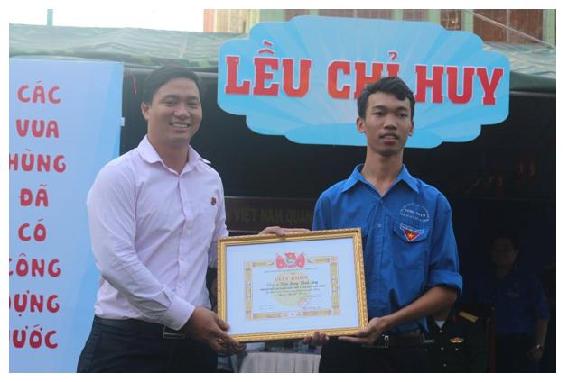 Thanh Sang nhận giấy khen từ Thành Đoàn TP.HCM