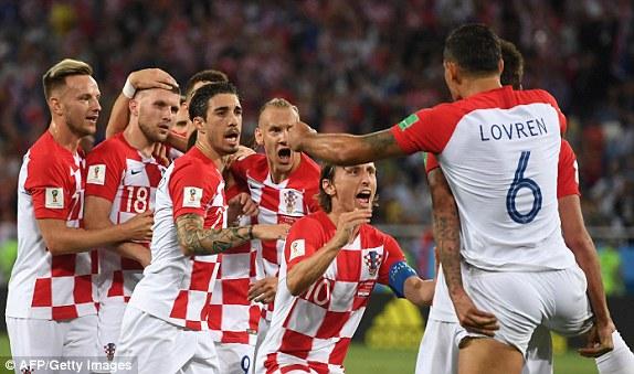 Croatia tạm chiếm ngôi đầu bảng D