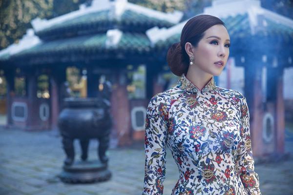 Hoa hậu Thu Hoài đẹp nền nã trong thiết kế áo dài của Công Trí