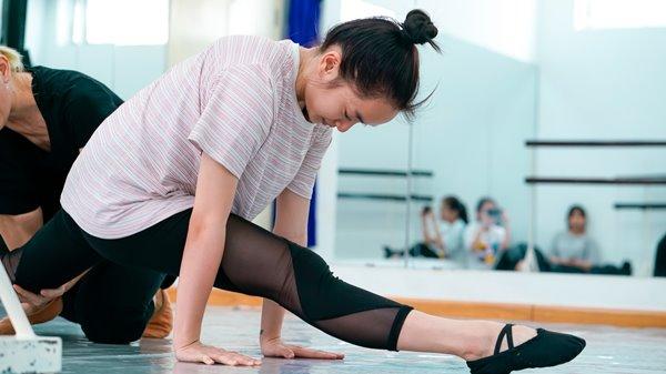 Để có được vài phút đẹp mắt trên màn ảnh, cô gái 19 tuổi đã trải quakhông ít đau đớn của quá trình luyện tập khắc nghiệt.