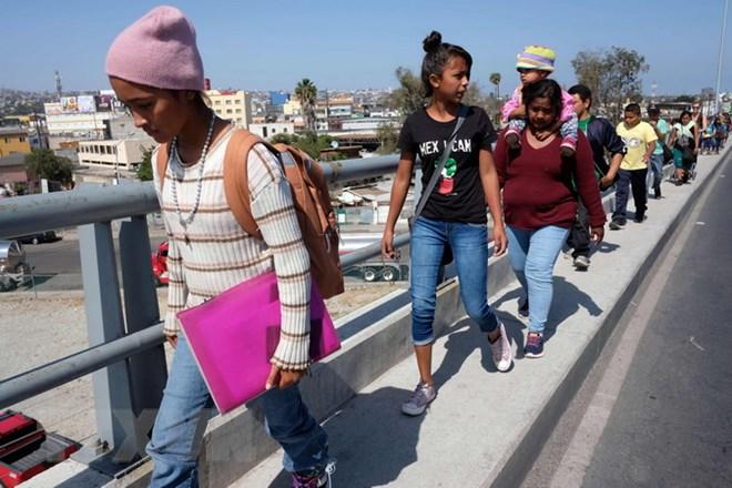 Người di cư di chuyển tới khu vực biên giới Mexico-Mỹ tại Tijuana, bang Baja California, Mexico ngày 28/4. (Nguồn: AFP/TTXVN)