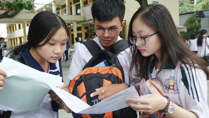 Thí sinh trao đổi bài sau giờ thi tổ hợp khoa học tự nhiên tại điểm thi Trường THPT Hùng Vương Q.5, TP.HCM
