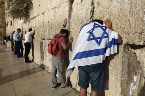 Gây phẫn nộ vì khoe thân trước Bức tường Than khóc
