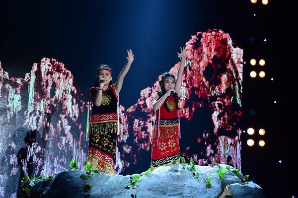 Phần trình diễn của Phương Linh và Minh Anh.