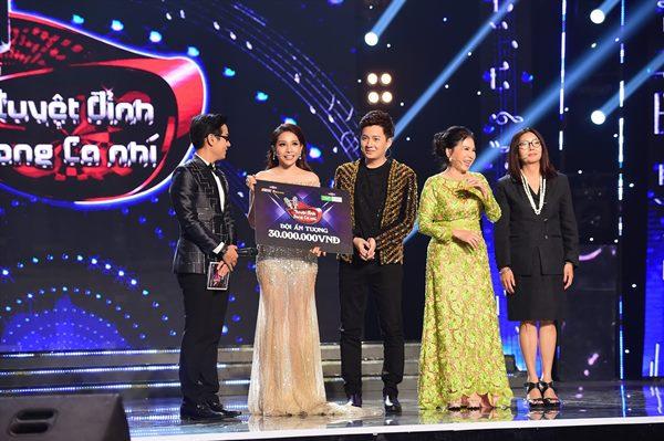 """bộ đôi Khả Như – Ngô Kiến Huy nhậngiải thưởng 30 triệu đồng """"Cặp HLV ấn tượng""""."""