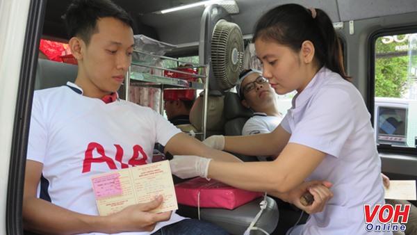 Công nhân viên chức lao động quận 1 tham gia hiến máu tình nguyện.