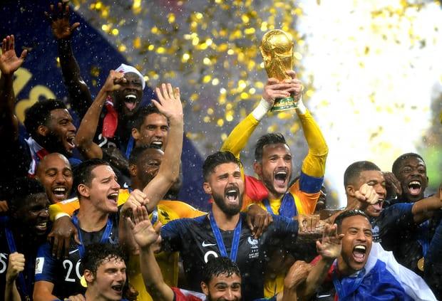 Hugo Lloris giương cao chiếc cúp vàng world cup 2018
