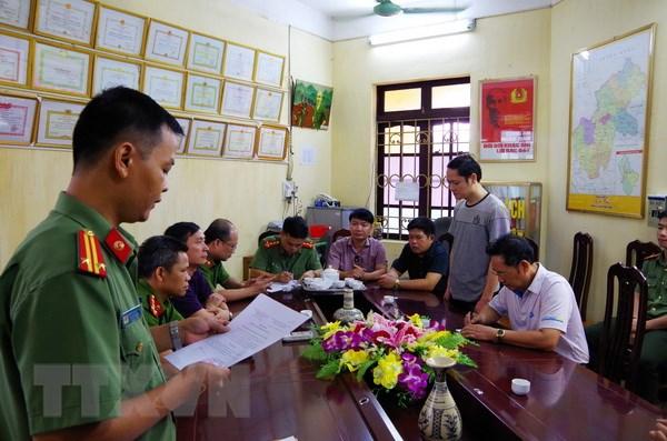 Cơ quan an ninh điều tra - công an tỉnh Hà Giang đọc lệnh bắt tạm giam đối với Vũ Trọng Lương. (Ảnh: Diệu Loan/TTXVN phát)