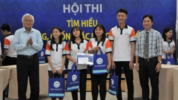 Đại diện Hiệp hội Du lịch TPHCM trao giải nhất cho các thí sinh đạt giải, Lớp Cao đẳng lữ hành N13, TPHCM